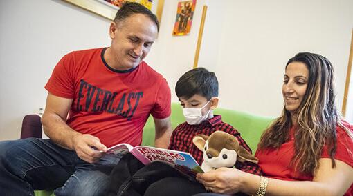 Ogni mese doni a una mamma o a un papà la possibilità di stare vicino al proprio bimbo e alle cure di cui ha bisogno per un giorno.