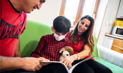 Aiuti una famiglia a restare vicina alle cure di cui il proprio figlio ha bisogno per una settimana.