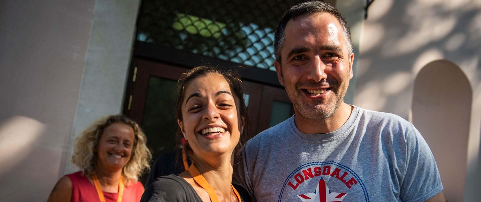 Un uomo e una donna sorridenti