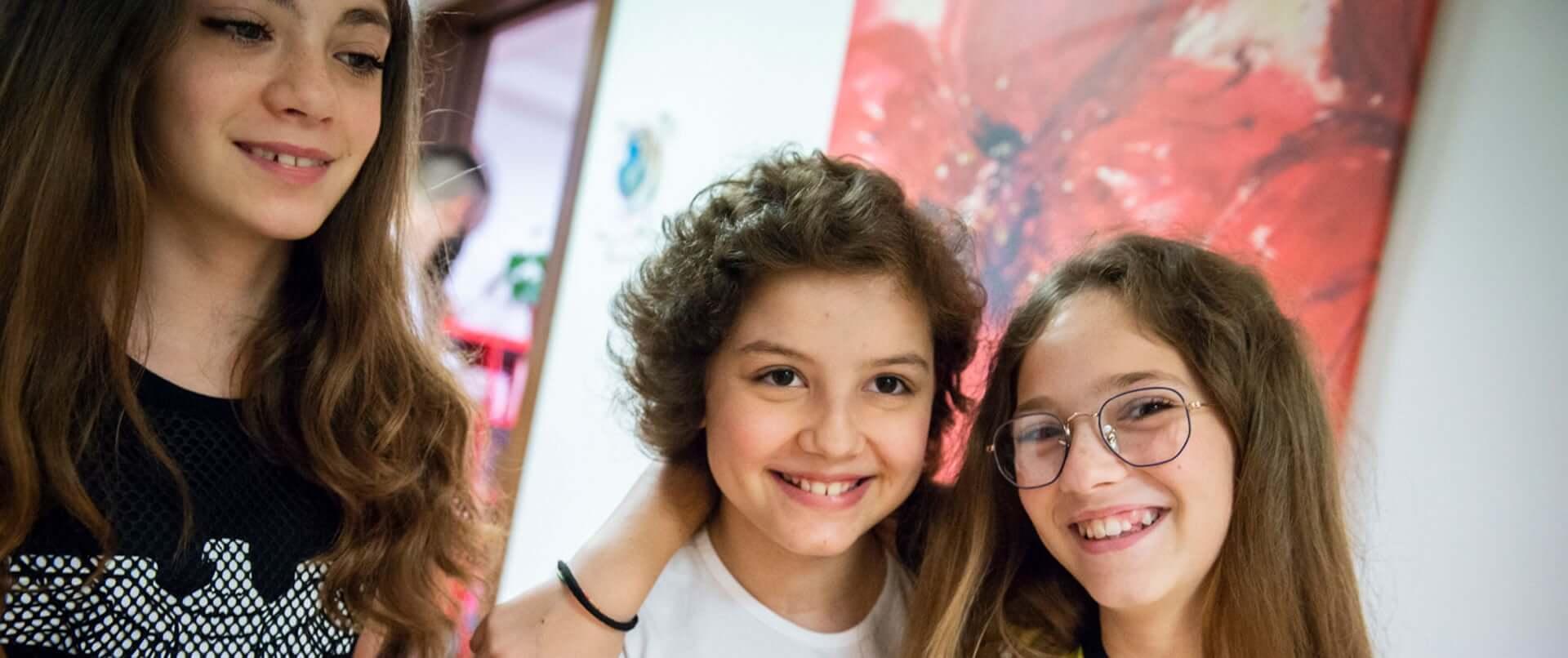 Tre ragazzine sorridenti