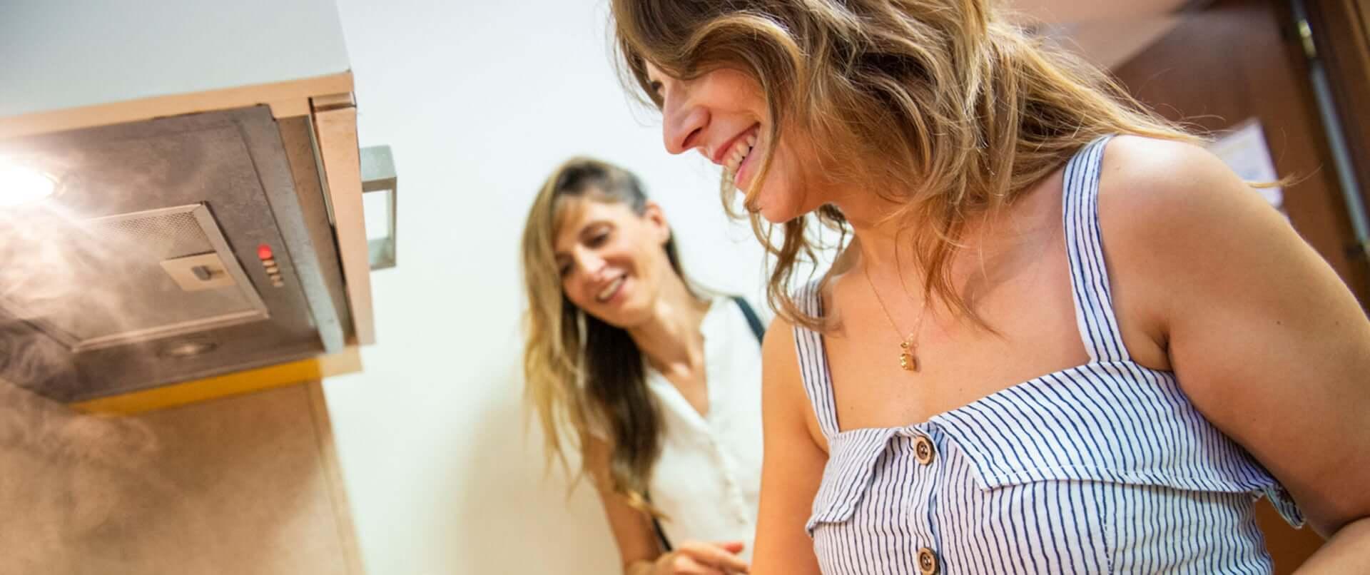Due ragazze ai fornelli