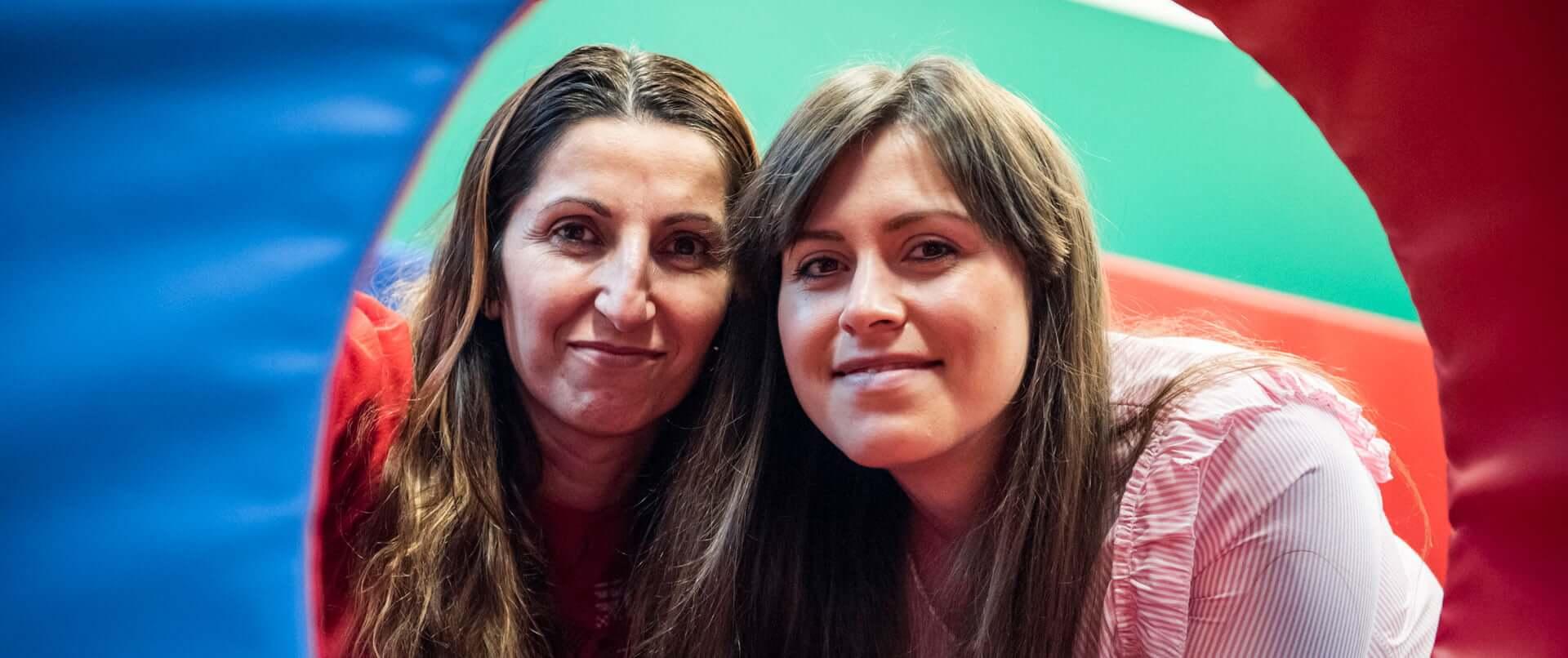 Due ragazze che sorridono