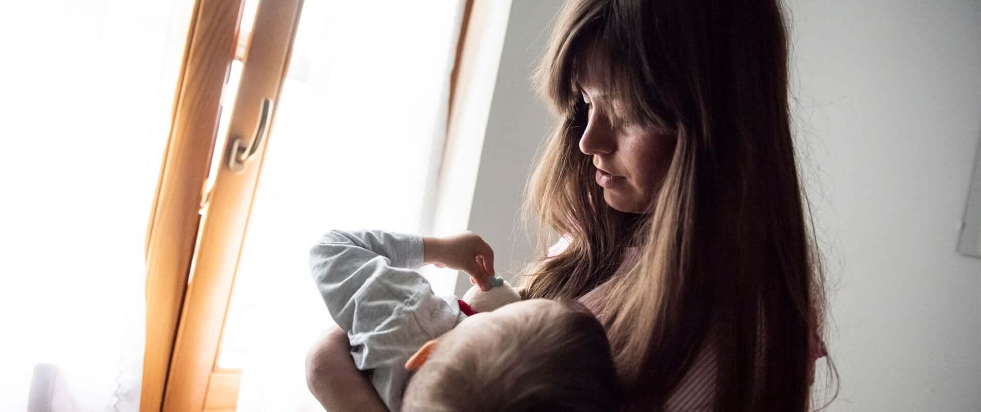 Madre con bambino in braccio