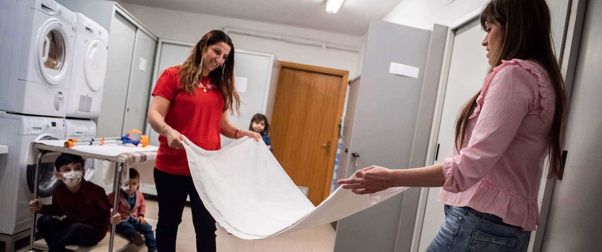 Due ragazze piegano un asciugamani