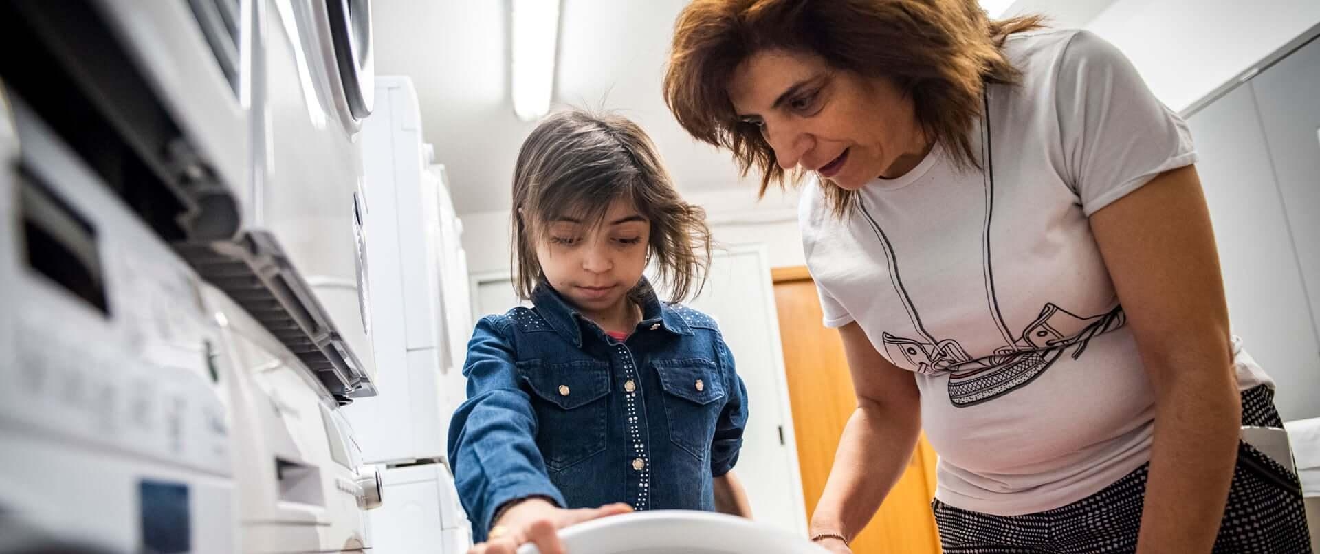 Bambina e madre in lavanderia