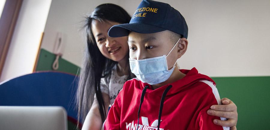 Ogni mese doni a un'intera famiglia la possibilità di stare                                                             vicina                                                             al proprio bimbo e alle cure di cui ha bisogno per tre                                                             giorni