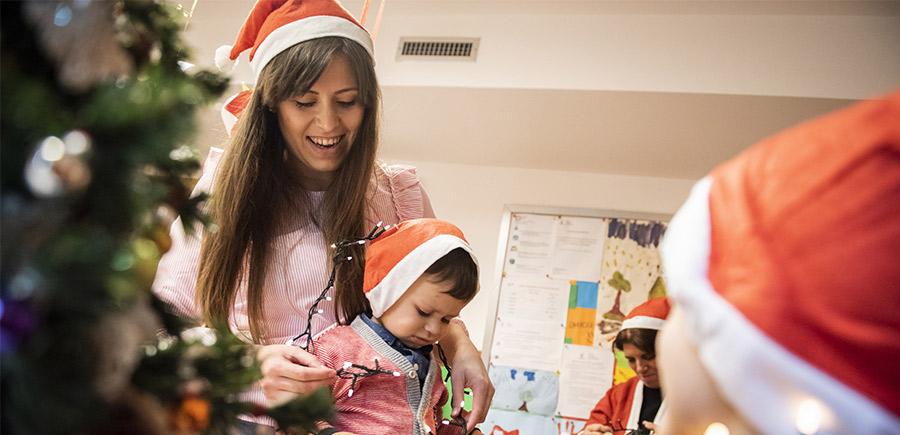 Doni a una famiglia lucine e addobbi per ricreare in Casa Ronald l'atmosfera natalizia