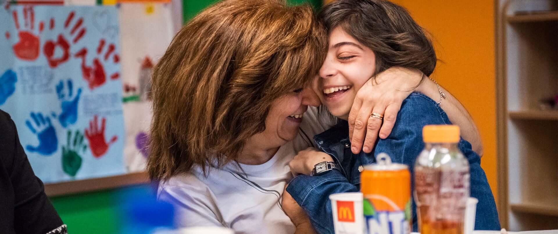 Bambina e madre abbracciate