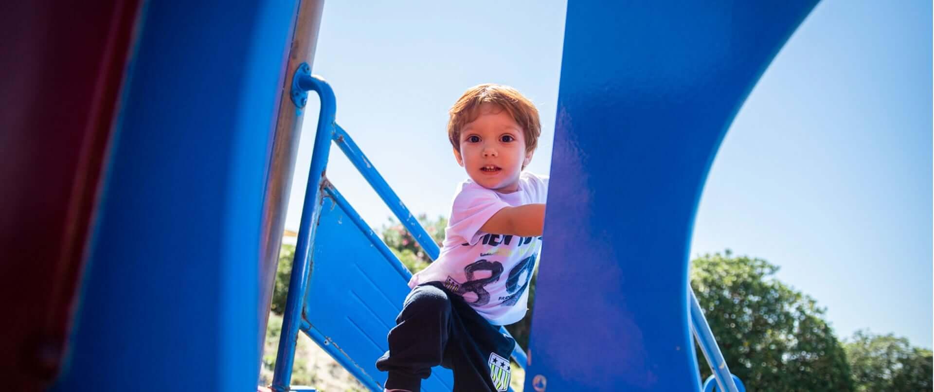 Bambino si diverte sullo scivolo