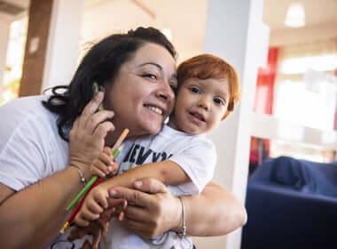 Mamma e figlio abbracciati