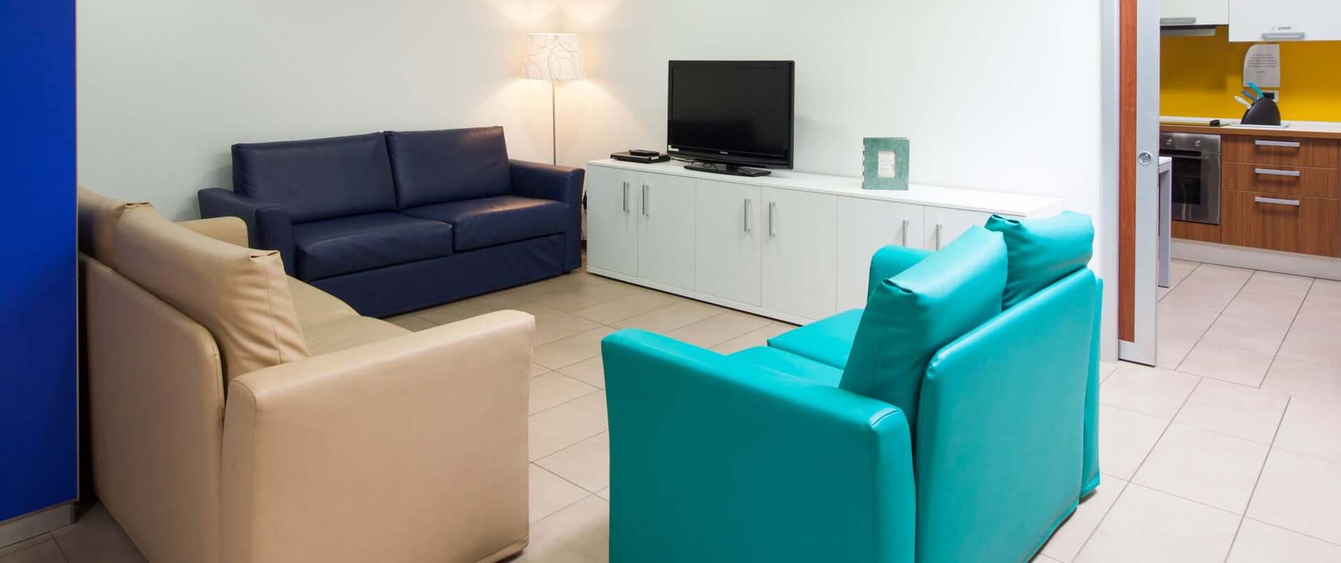 Salotto con divani e tv